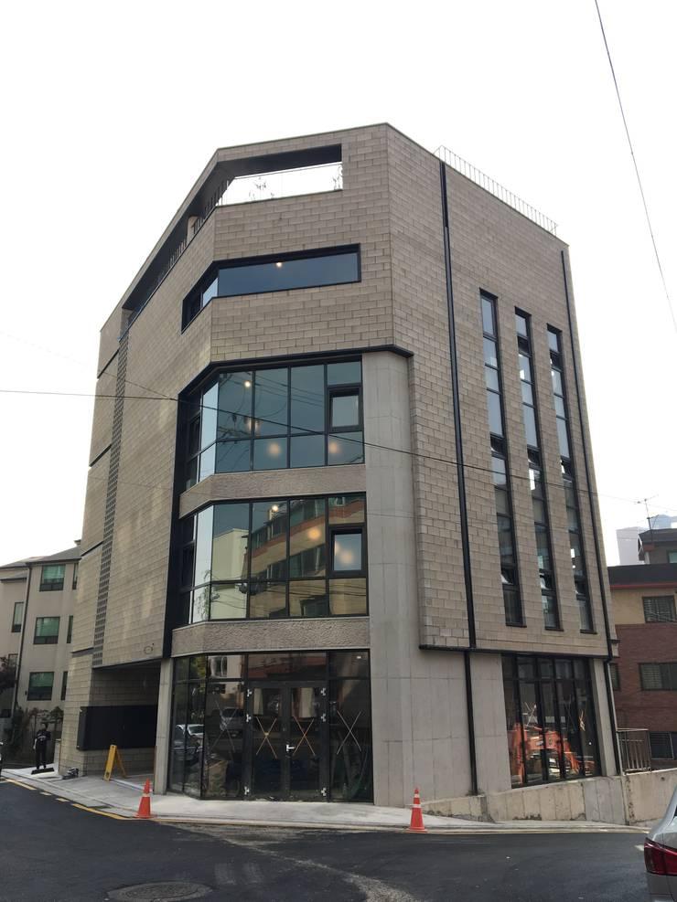 메인 파사드(주간): 라움플랜 건축사사무소의  주택