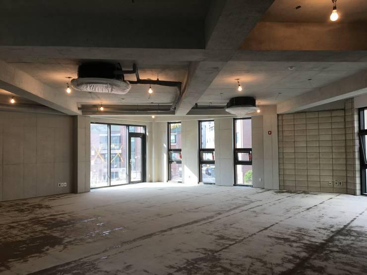 기둥 없는 공간구현: 라움플랜 건축사사무소의  서재 & 사무실