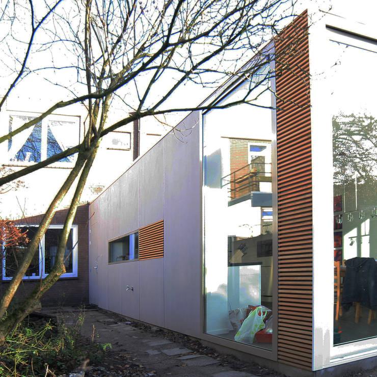 aanbouw:  Huizen door HSH architecten, Modern Houtcomposiet Transparant