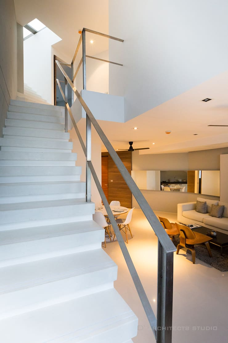 Modena condominium Design:  บันได โถงทางเดิน ระเบียง by D' Architects Studio