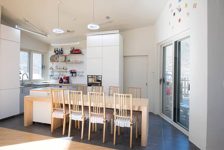 광주 원당리 보리네집: 오파드 건축연구소의  다이닝 룸