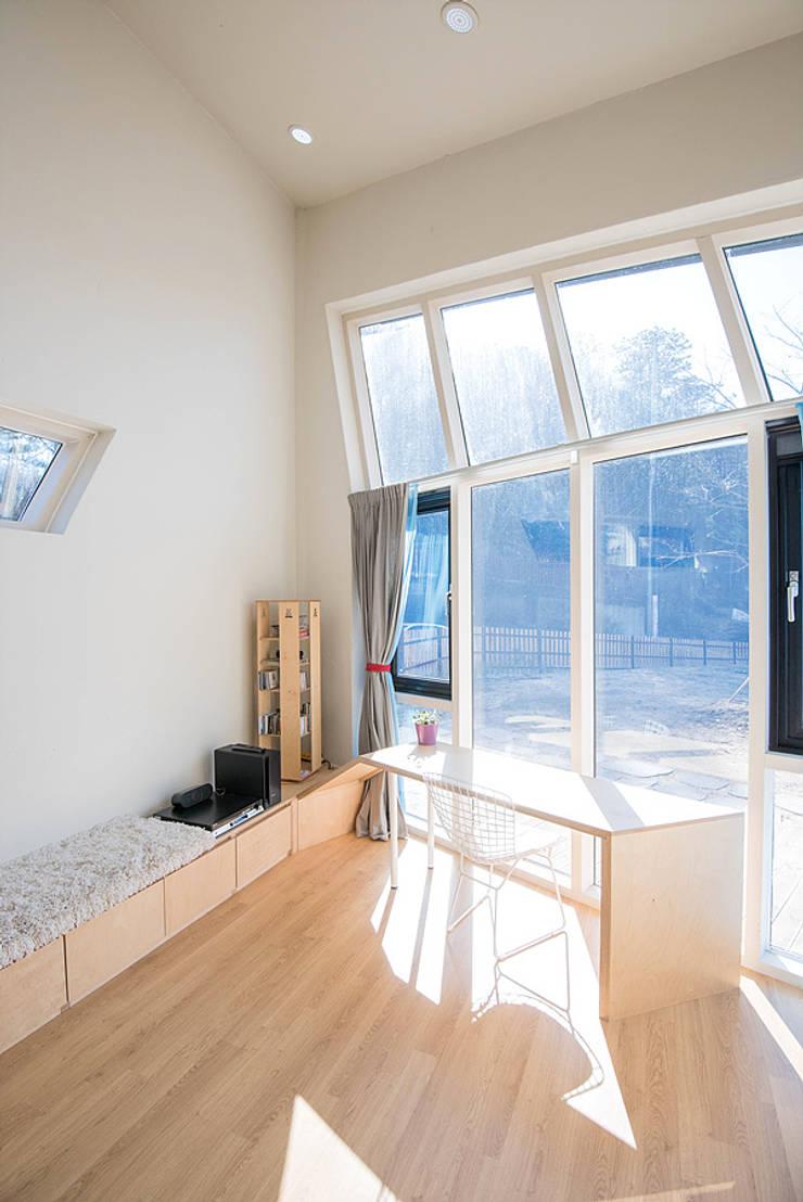 광주 원당리 보리네집: 오파드 건축연구소의  창문