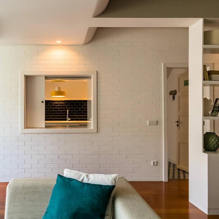 Sala de Estar - Cozinha : Salas de estar  por Franca Arquitectura