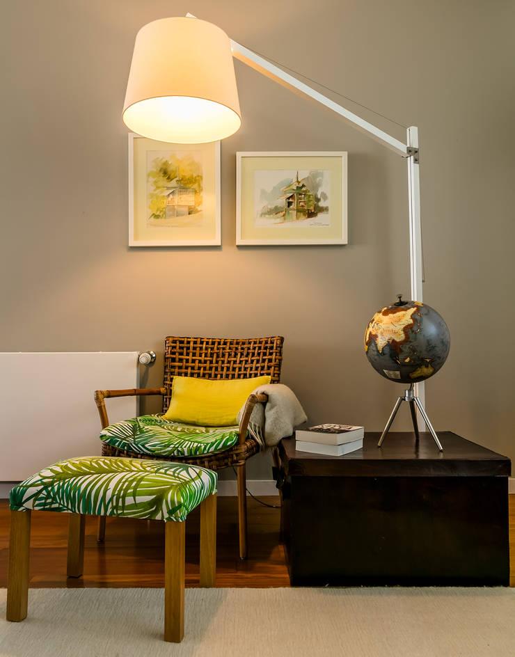 Recanto de leitura - sala de estar: Salas de estar  por Franca Arquitectura