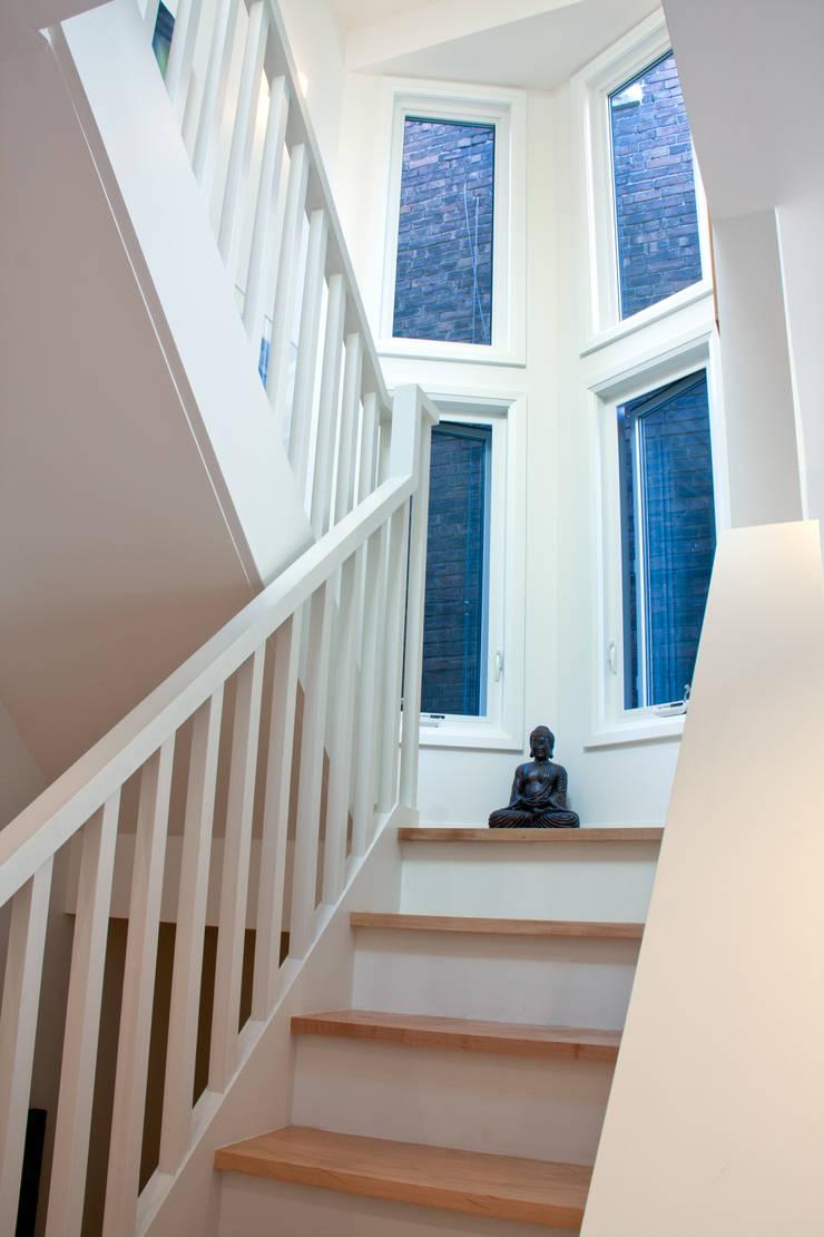 Pasillos y vestíbulos de estilo  por Solares Architecture,