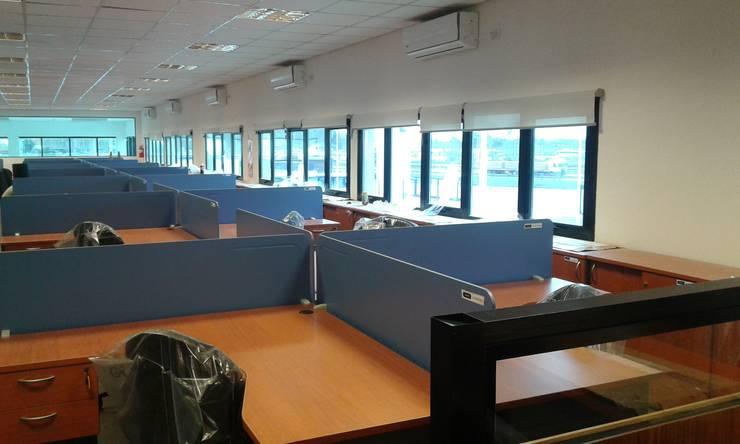 Cortinas roller scenn: Oficinas y locales comerciales de estilo  por Cortinas Cabildo. Persianas y ventanas          011-4781-4022   15-3567-6716