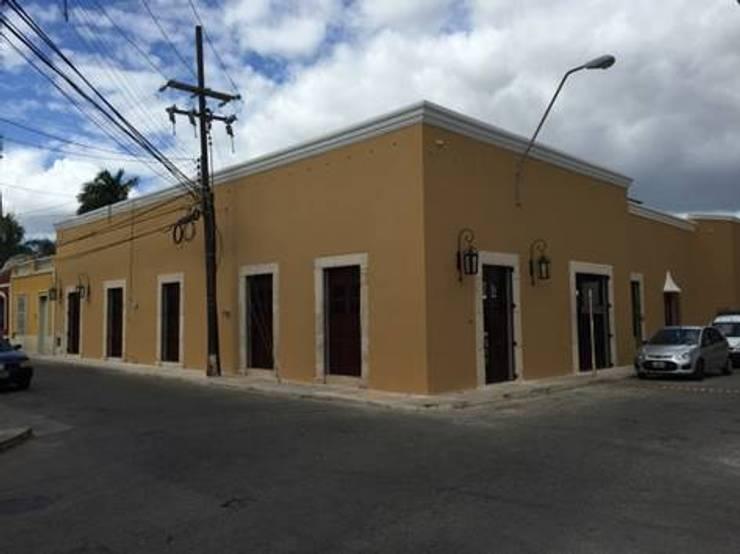 Vista de las fachadas ya restauradas:  de estilo  por Creatividad y Construcción  CREACON