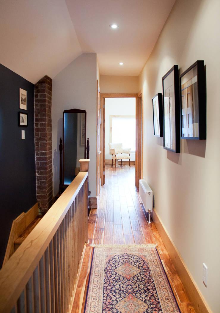 Corridor & hallway by Solares Architecture