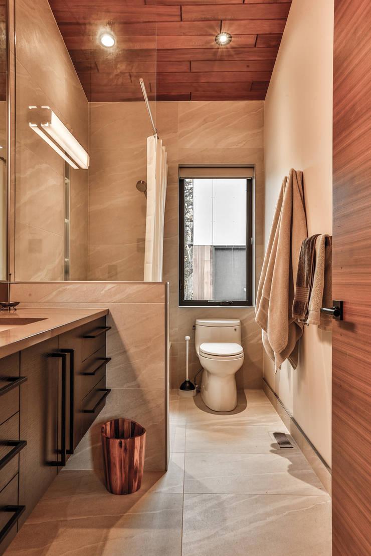 Winnipeg beach weekend home: modern Bathroom by Unit 7 Architecture