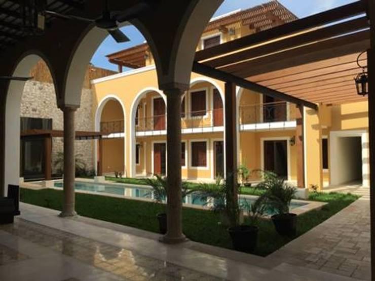 Vista del patio interior:  de estilo  por Creatividad y Construcción  CREACON