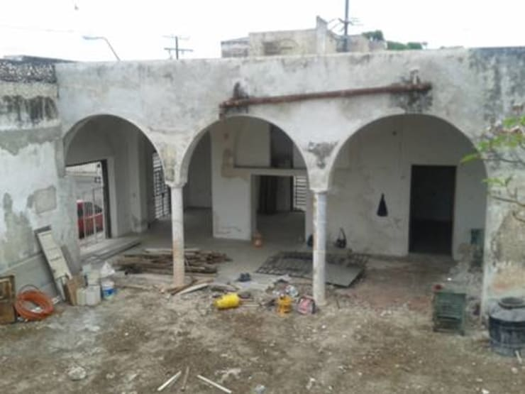 Vista del edificio antiguo en su estado original:  de estilo  por Creatividad y Construcción  CREACON
