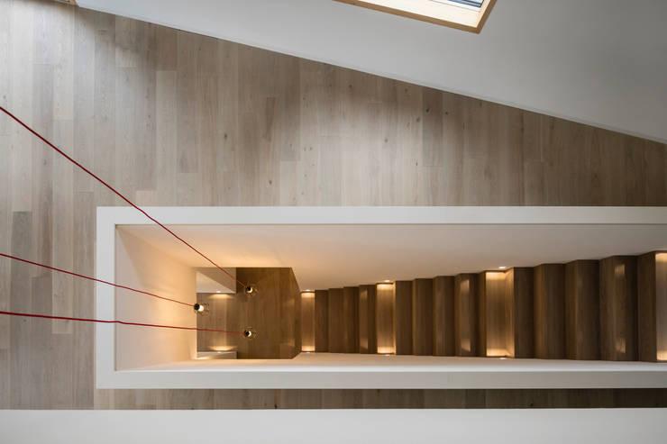 Corridor & hallway by ÜberRaum Architects