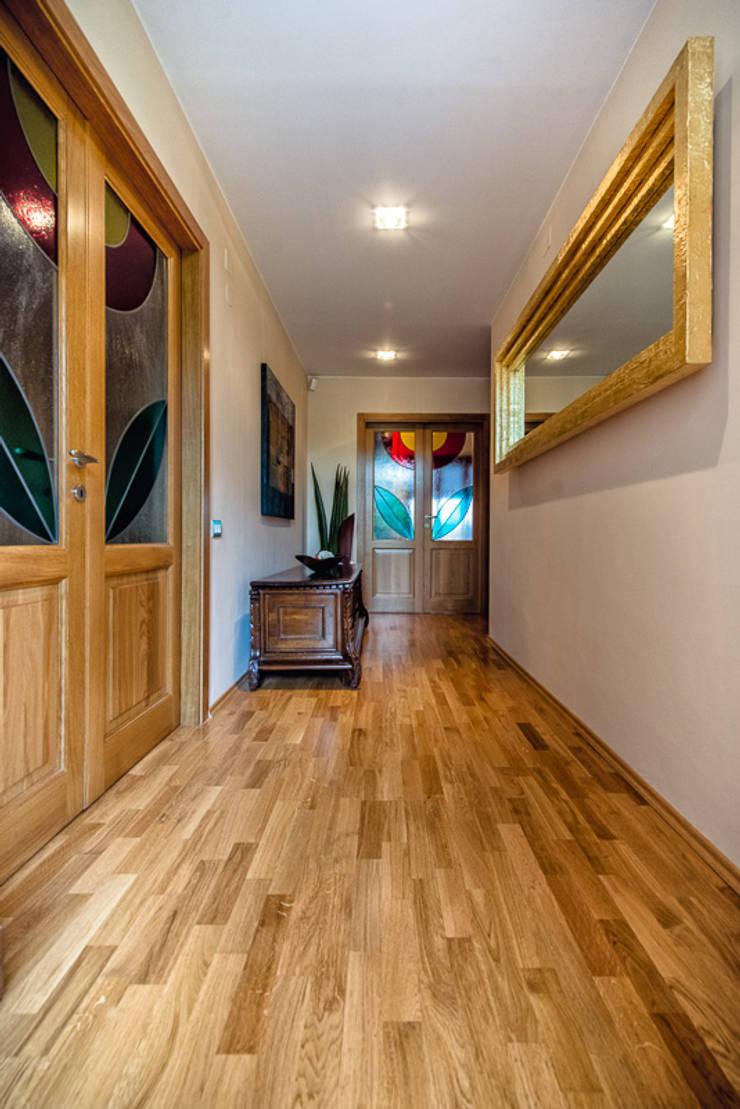 LO SPAZIO CONDIVISO: Ingresso & Corridoio in stile  di Studio Prospettiva