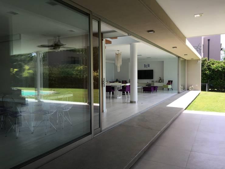 kc 123 Salas modernas de costa & valenzuela Moderno