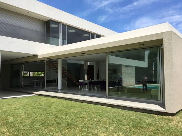 kc 123: Casas de estilo  por costa & valenzuela