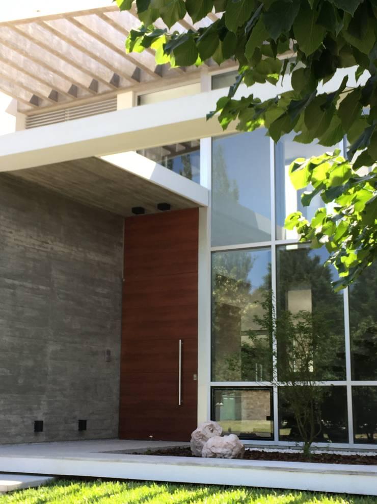 kc 320: Casas de estilo  por costa & valenzuela
