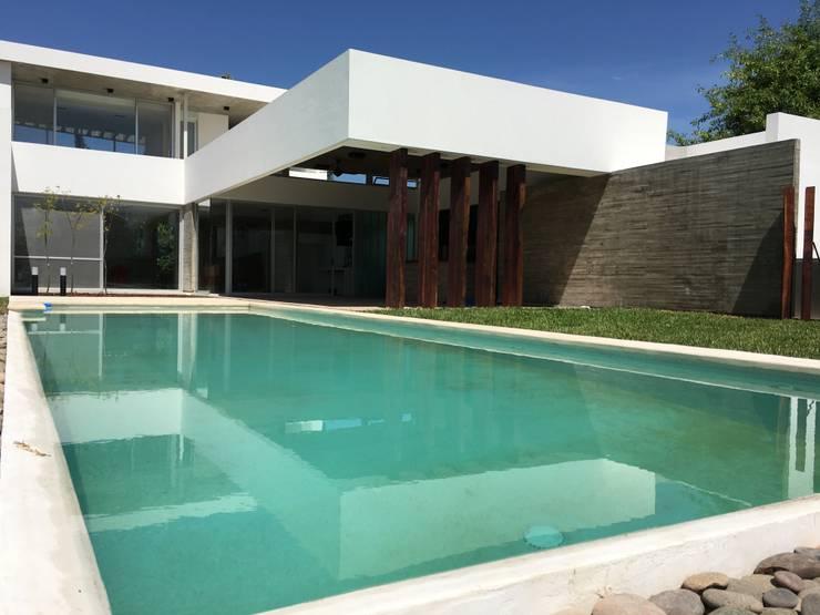 kc 320: Piscinas de estilo  por costa & valenzuela