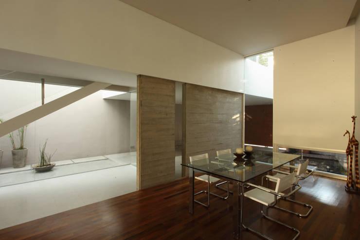 F 2400: Salas de estilo  por costa & valenzuela,