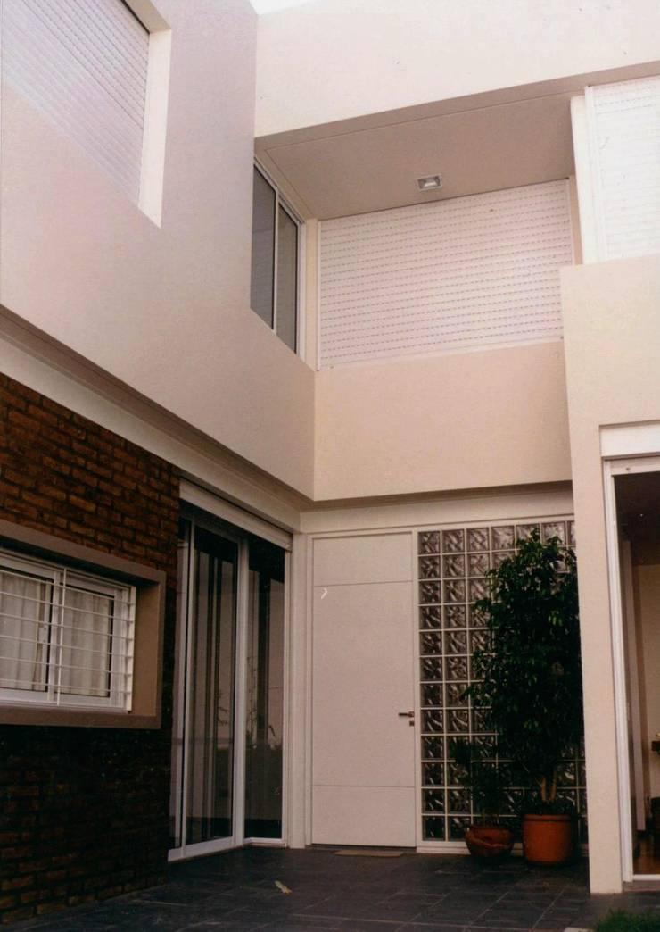 C1600: Casas de estilo  por costa & valenzuela