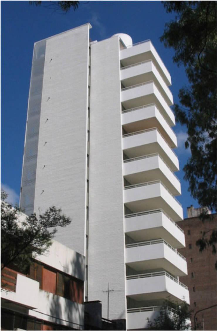 Edificio Moreno I: Casas de estilo  por costa & valenzuela, Moderno