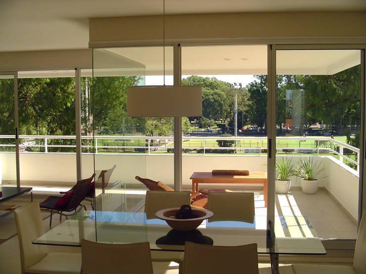 Edificio Moreno I: Salas de estilo  por costa & valenzuela, Moderno