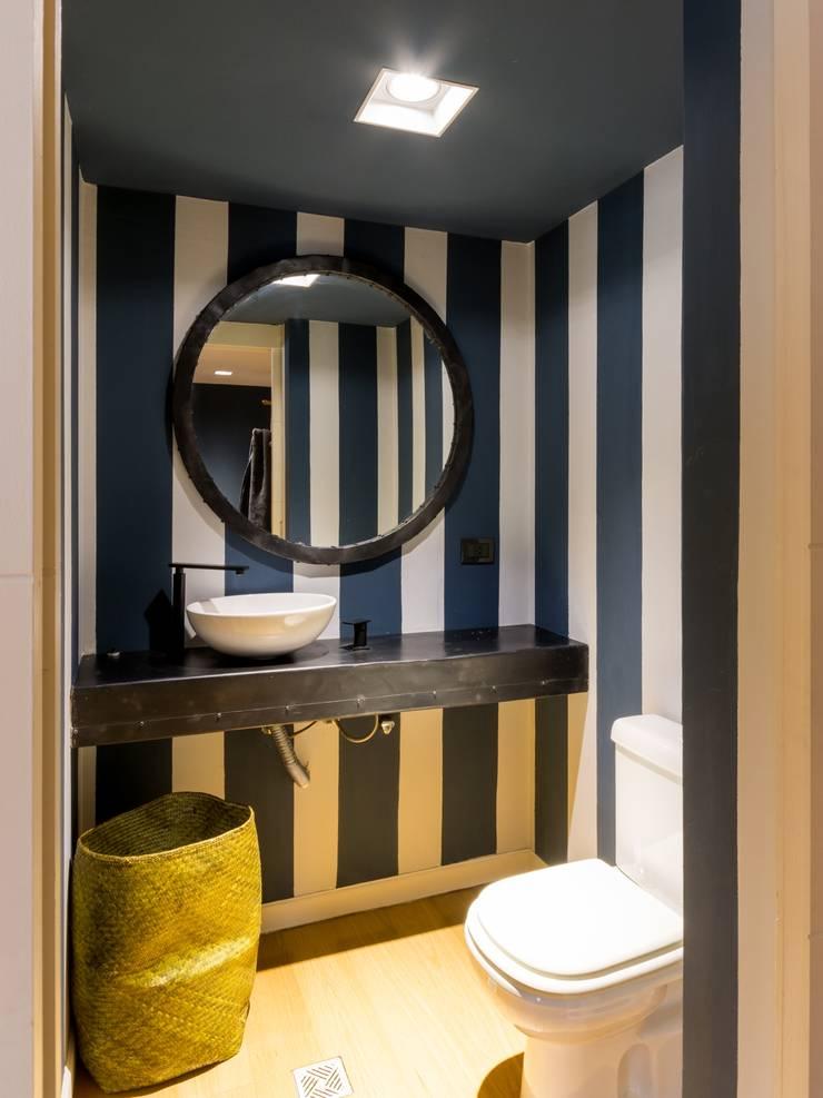 Departamento en La Cuesta : Baños de estilo  por Interiores B.AP