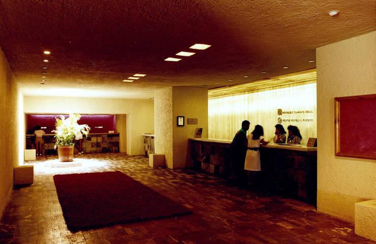 Camino Real Cancún - MAC Arquitectos Consultores: Pasillos y recibidores de estilo  por MAC Arquitectos Consultores