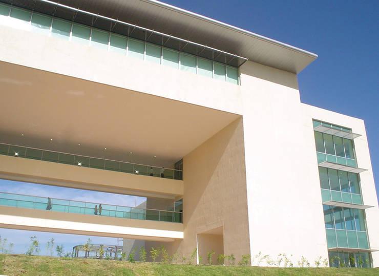 現代房屋設計點子、靈感 & 圖片 根據 MAC Arquitectos Consultores 現代風