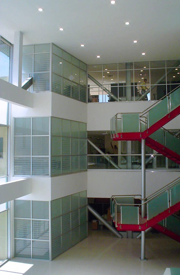 現代風玄關、走廊與階梯 根據 MAC Arquitectos Consultores 現代風
