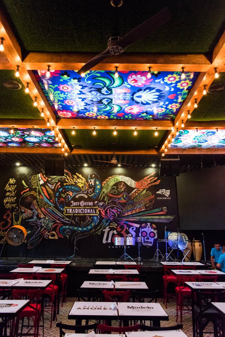 Tr3s Cantina: Bares y discotecas de estilo  por Habitá Estudio Creavtivo
