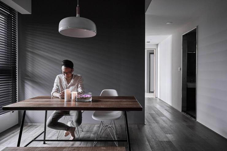 TOUGH   INN:  書房/辦公室 by 寬度 空間設計整合