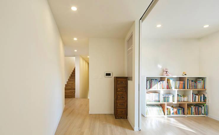 레드스퀘어 까치울 집: 건축공방  'ArchiWorkshop'의  복도 & 현관,
