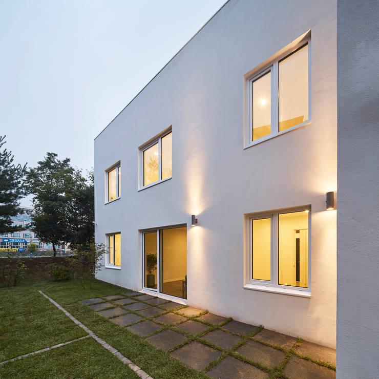 레드스퀘어 까치울 집: 건축공방  'ArchiWorkshop'의  주택,