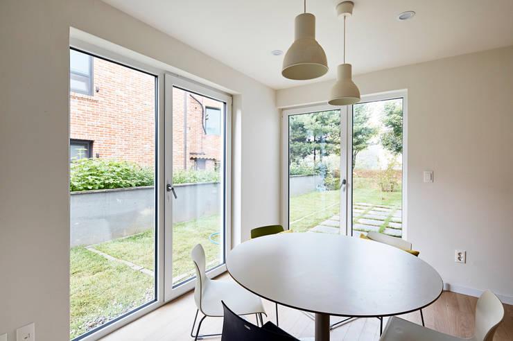 레드스퀘어 까치울 집: 건축공방  'ArchiWorkshop'의  다이닝 룸