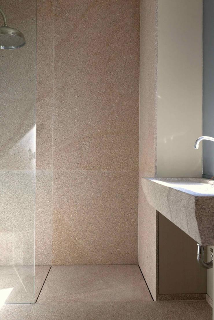 1010hrm: Casas de banho  por Jj Soares arquiteto
