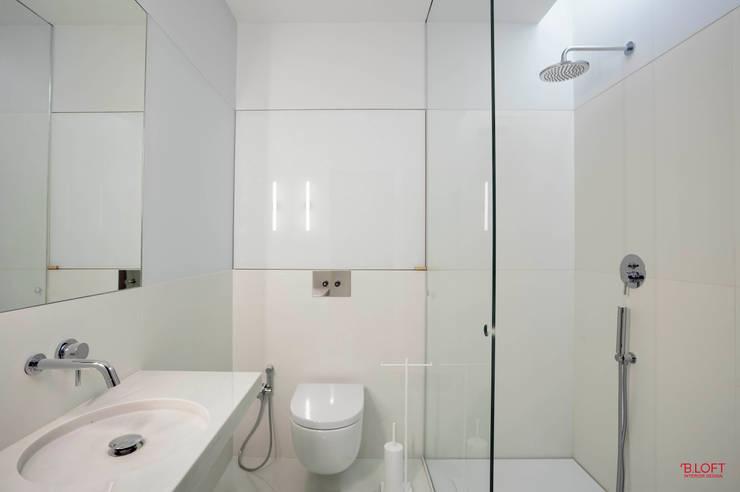 Vista frontal wc : Casas de banho  por B.loft