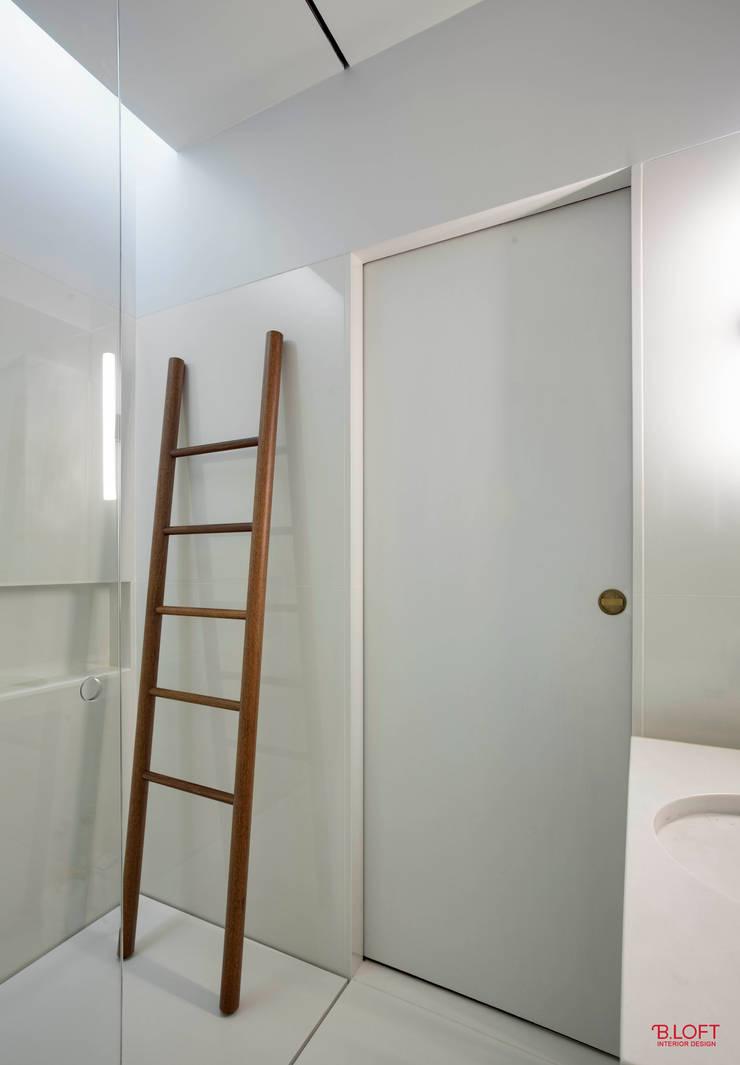 Pormenor decoração (escada para toalhas): Casas de banho  por B.loft
