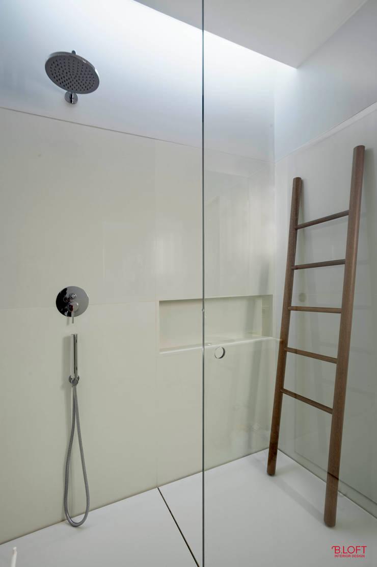 Vista geral da zona de duche: Casas de banho  por B.loft