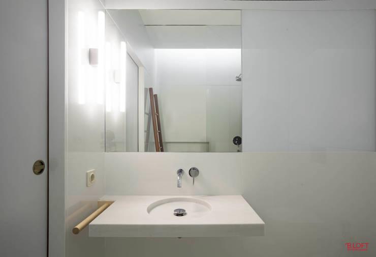 Vista frontal lavatório: Casas de banho  por B.loft