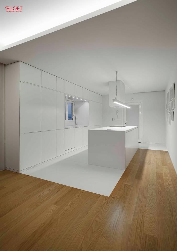 Vista geral zona copa: Cozinhas  por B.loft