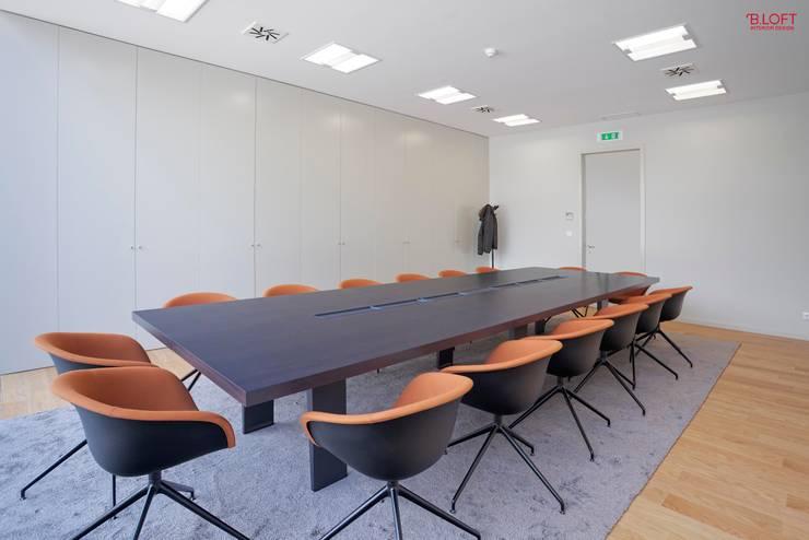 Vista geral sala executivo: Escritórios  por B.loft