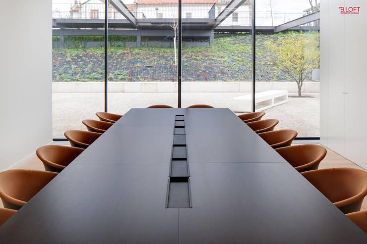 Sala executivo: Escritórios  por B.loft