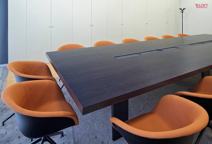 Pormenor sala do executivo: Escritórios  por B.loft