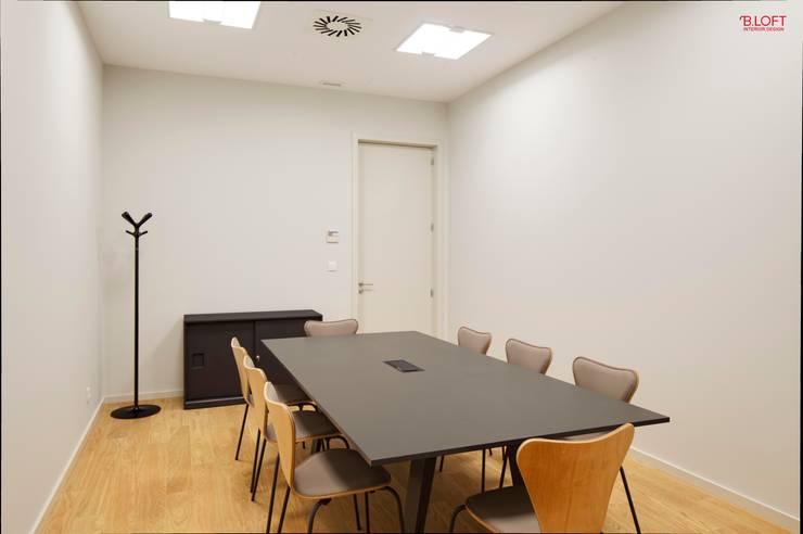 Vista geral sala de reuniões: Escritórios  por B.loft