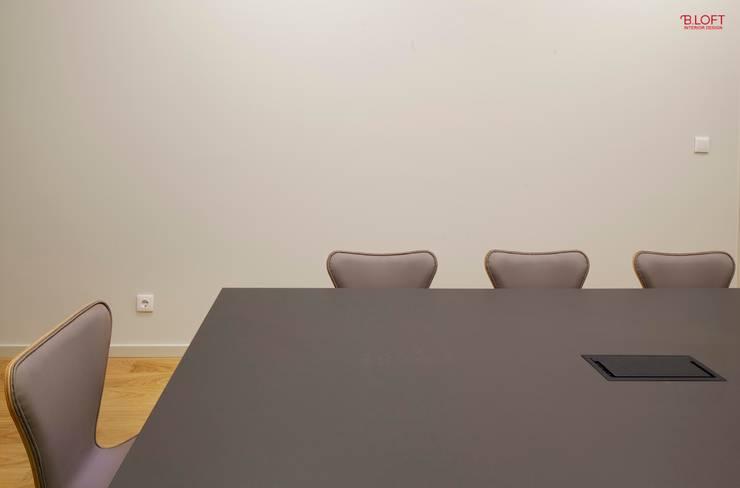 Pormenor sala de reuniões: Escritórios  por B.loft