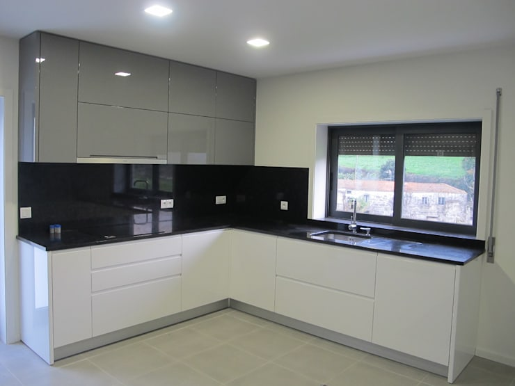 aspecto final da cozinha (inicialmente era quarto 2):   por arcquitecto