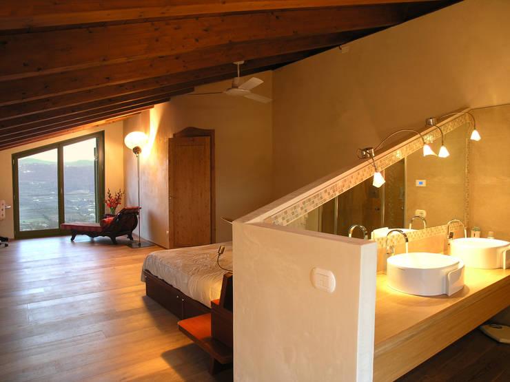 country Bedroom by architetture e restauri biocompatibili