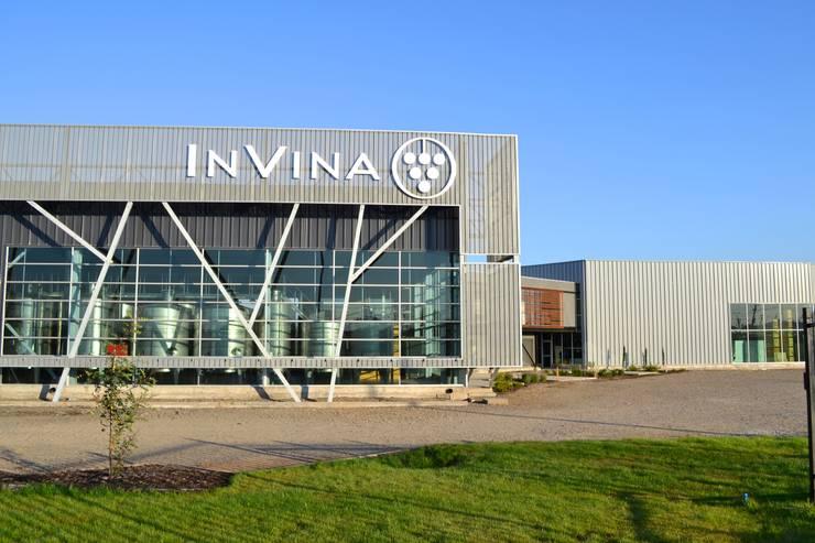 Planta Vitivinicola Invina: Oficinas y Comercios de estilo  por Estudio 111 Arquitectos