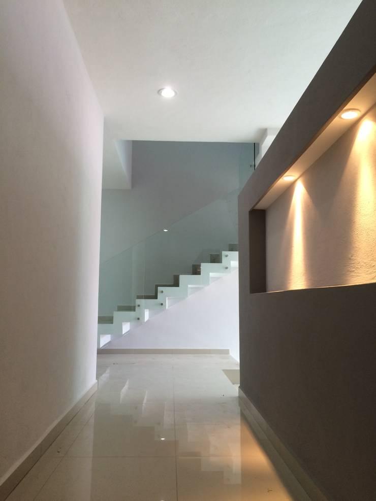 Pasillo interior: Pasillos y recibidores de estilo  por Base-Arquitectura