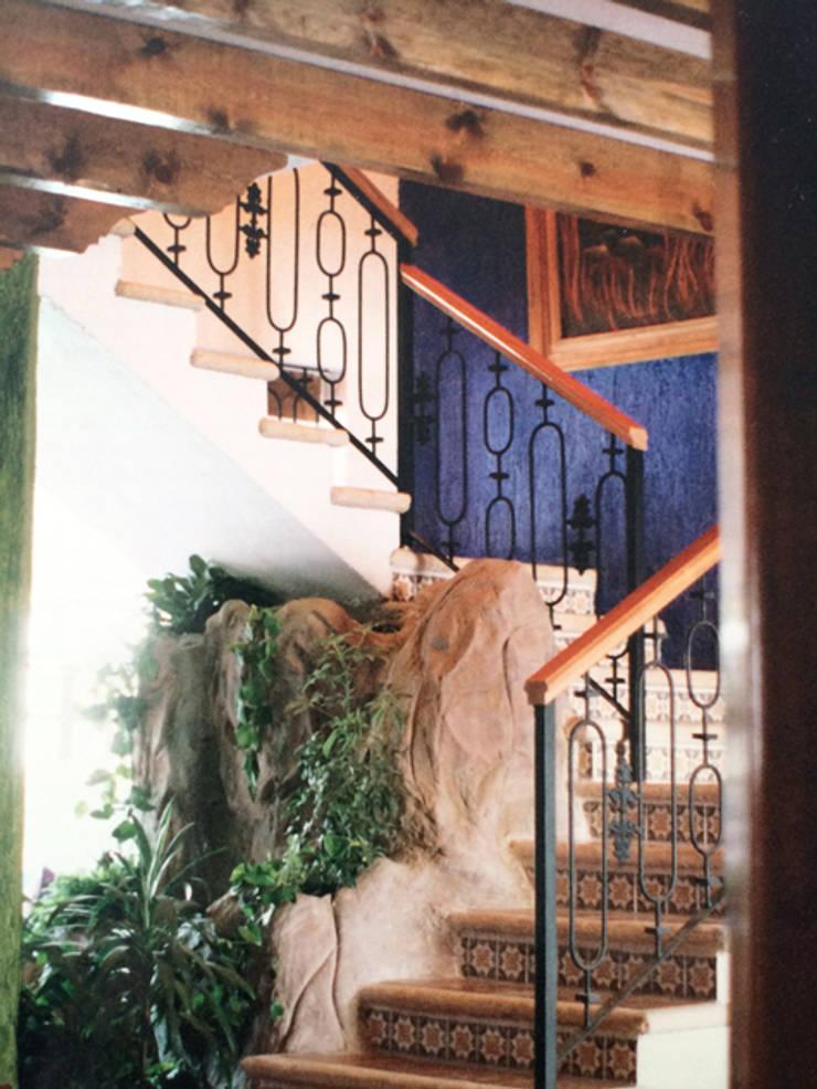 Escaleras: Pasillos y recibidores de estilo  por Base-Arquitectura